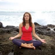 Andrea-Eder-meditieren-am-meer.jpg